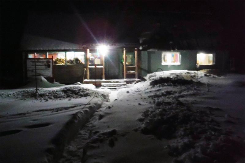 31 декабря выдался славный денек с легким снежком. Праздник здесь своеобразен: ни гирлянд, ни конфетти, ни бенгальских огней, зато сам кордон сияет электрическим светом в лесной темноте.