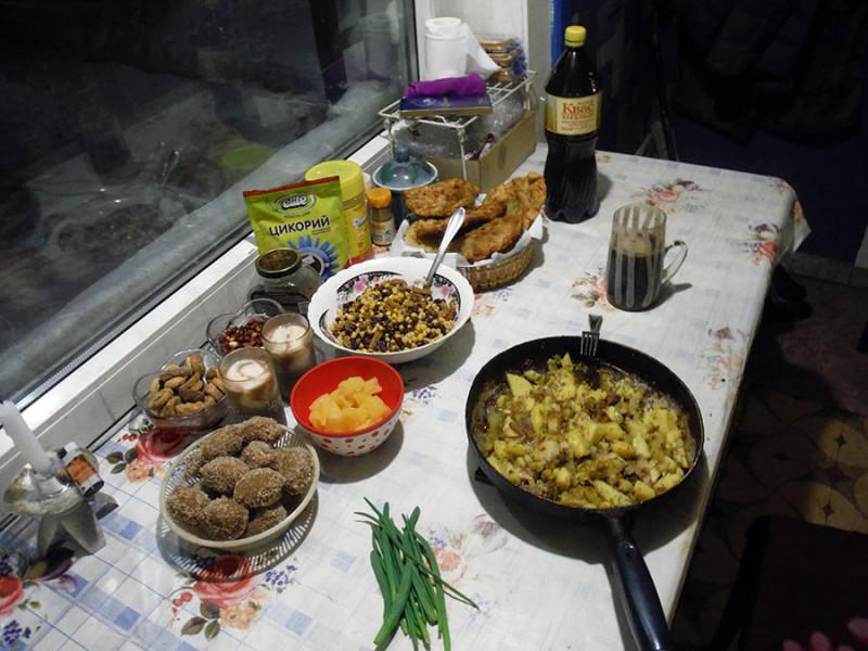В новогоднем меню доминировала картошка: жареная с тушенкой (праздничная от будничной отличается количеством тушенки), чебуреки с картошкой и пирожные «картошка».
