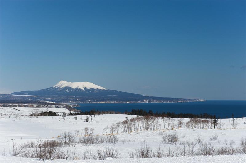 Вулкан Менделеева зимой. Вид на вулкан с юга острова Кунашир. Автор фото: Пётр Романов.