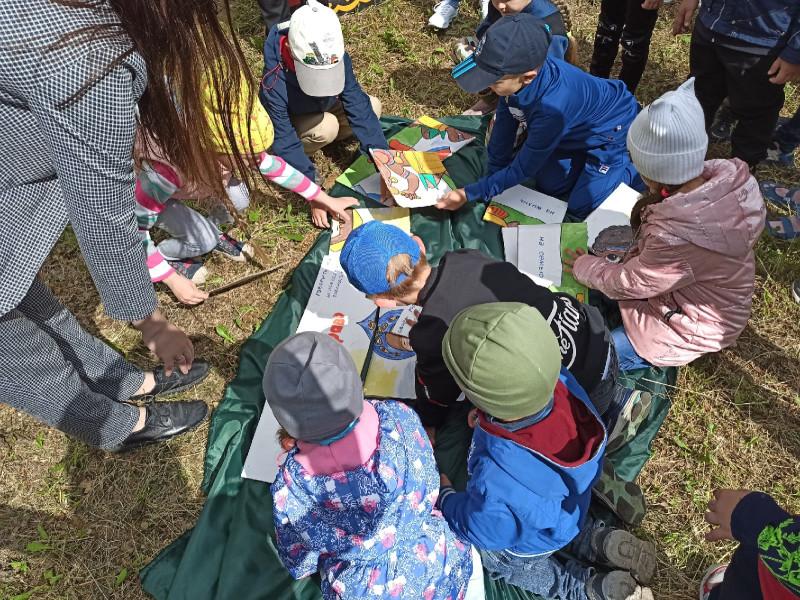 Детки собирают пазлы