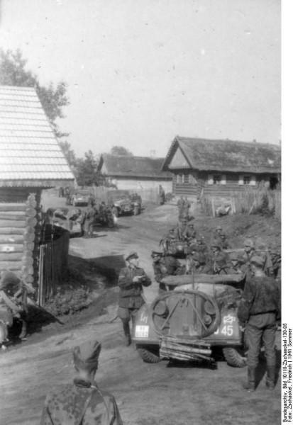 Bundesarchiv_Bild_101III-Zschaeckel-130-05,_Russland,_Fahrzeuge_der_SS-Division_-Das_Reich-