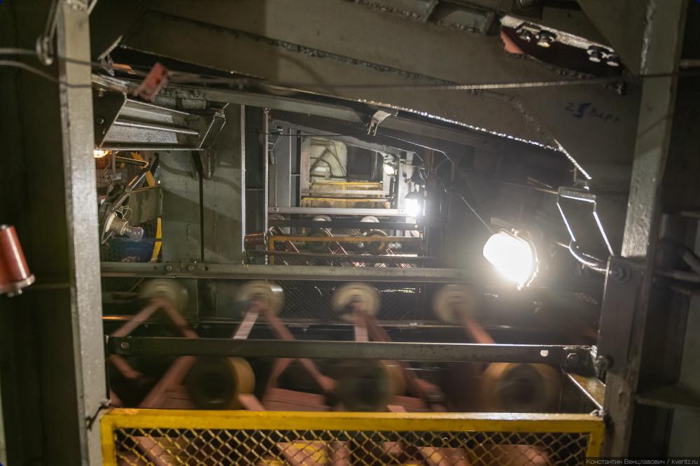 18. Большая высота между верхней и нижней частью только здесь, в машинном отделении, и ещё в натяжной камере в нижней части эскалатора. В наклонной части ленты, которые движутся вверх в вниз находятся намного ближе друг к другу.