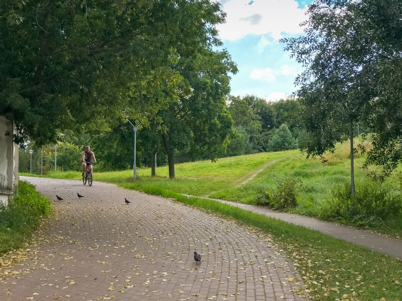 04. Приятно, что парк имеет ярко выраженный рельеф: интересно и гулять, и кататься на чём-нибудь. Велодорожки в парке также присутствуют.