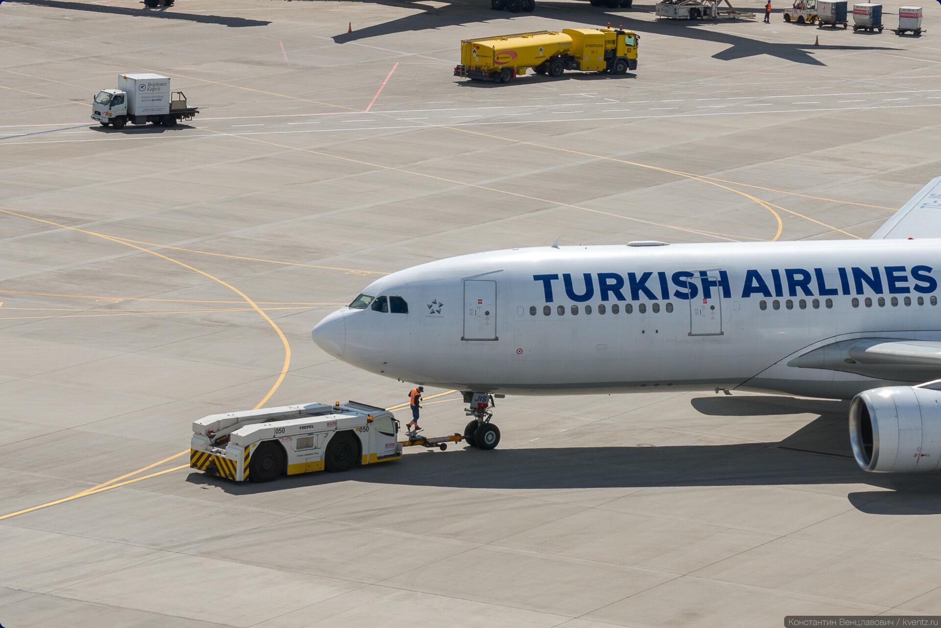 Буксировка Airbus A330-200 TC-JIS авиакомпании Turkish Airlines
