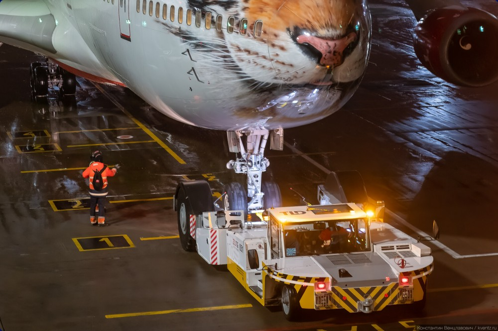 Буксировка Boeing 747-400 EI-XLD «Тигролёт» авиакомпании «Россия»