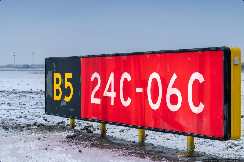 01. В конце прошлого года, 24 декабря, в Международном аэропорту Шереметьево открылась после реконструкции взлётно-посадочная полоса № 1, она же 06C/24C. Так как в Шереметьево три полосы, то ВПП-1 получается средняя, поэтому обозначена буквой C. Есть ещё 06L/24R и 06R/24L — левая и правая (смотря, с какой стороны смотреть). О том, что означают цифры можно почитать, например, здесь: https://zen.yandex.ru/media/id/5b430a634f3fe700a9c4fcf7/chto-oznachaiut-ogromnye-cifry-ot-1-do-36-na-vzletnoposadochnoi-polose-5c65574941446200af5dcc2d