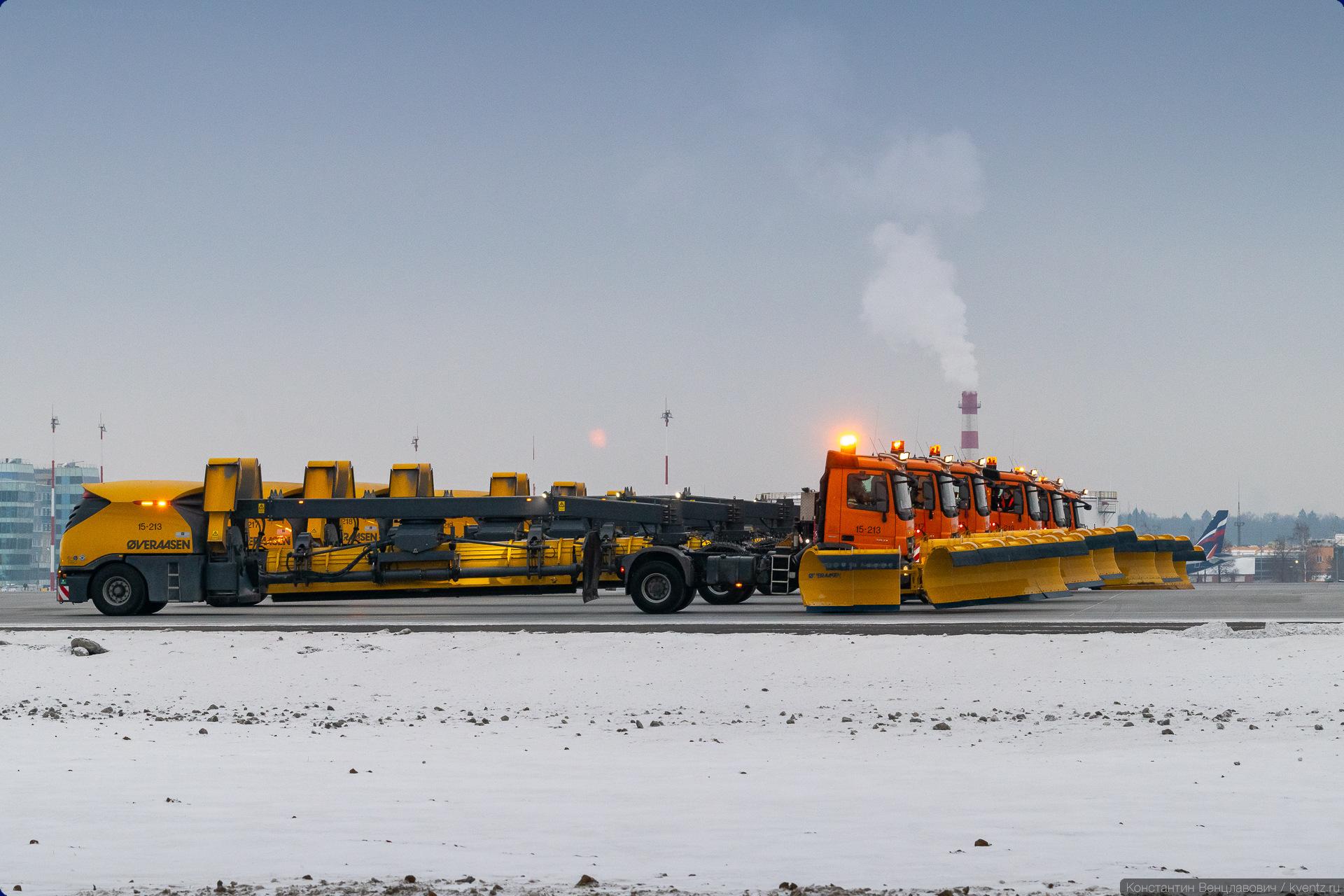 15. Первыми поехали большие аэродромные прицепные плужно-щёточно-продувочные машины. Они могут убирать снег, подметать и просушивать ВПП. В Шереметьево используются машины норвежской компании Øveraasen. В двух других Московский аэропортах работают похожие машины SCHMIDT.