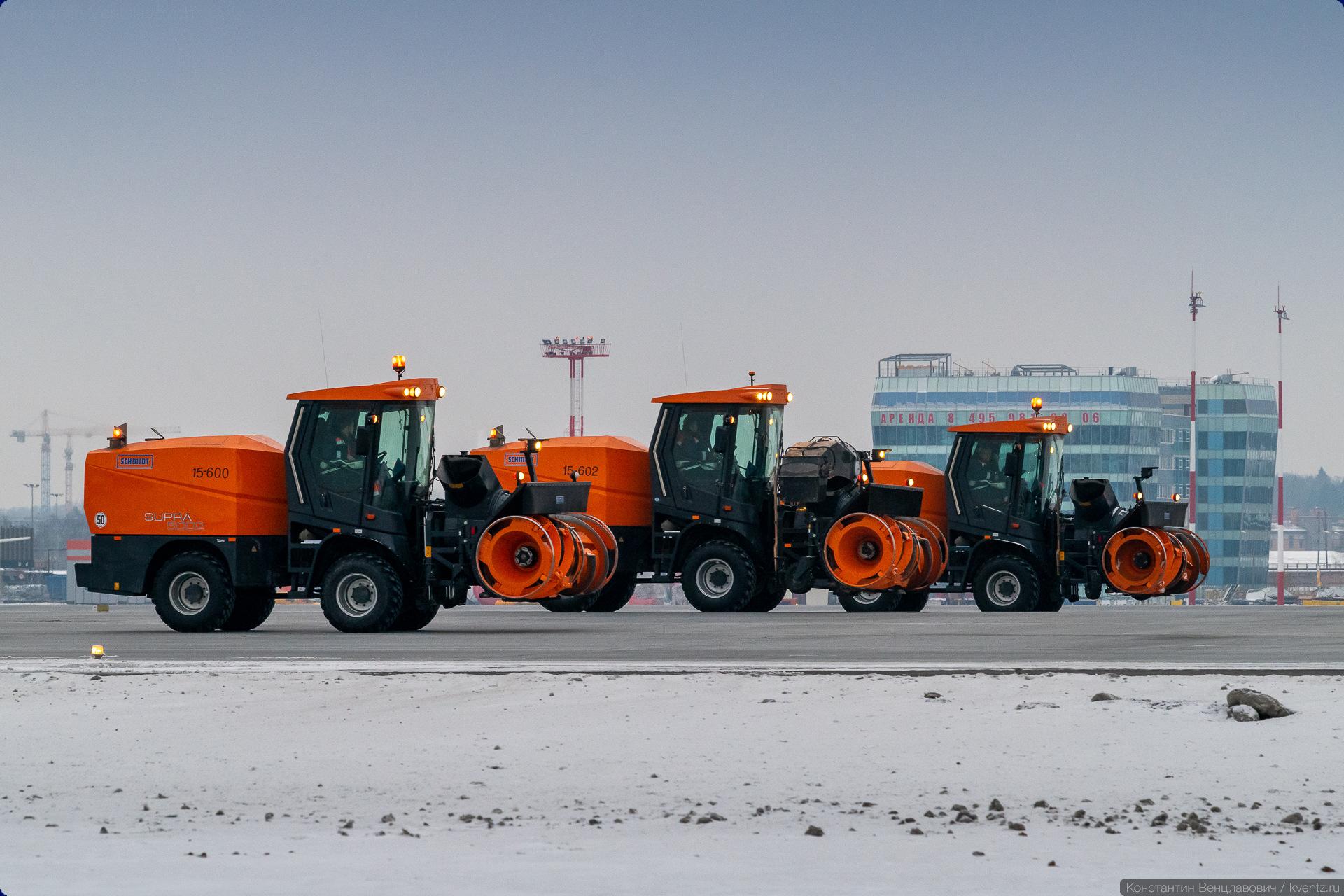 17. Фрезерного-роторные снегоуборочные машины SCHMIDT SUPRA 5002. Их задача —убирать и отбрасывать далеко в сторону большие массы снега.