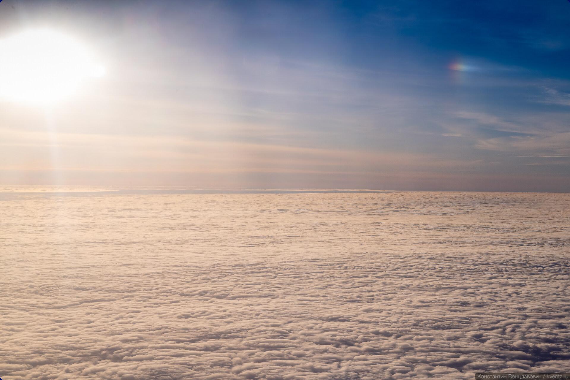 06. В иллюминаторах в тот день показывали гало и бескрайнее море облаков.