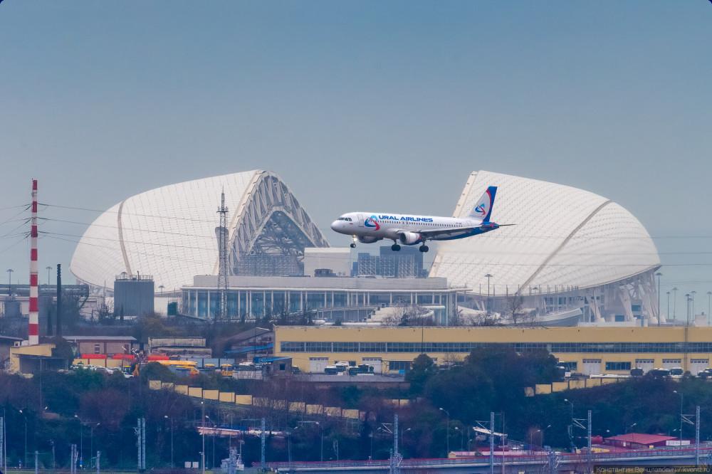 Airbus A320 VP-BIE «Уральских авиалиний» на фоне стадиона Фишт в Сочи.