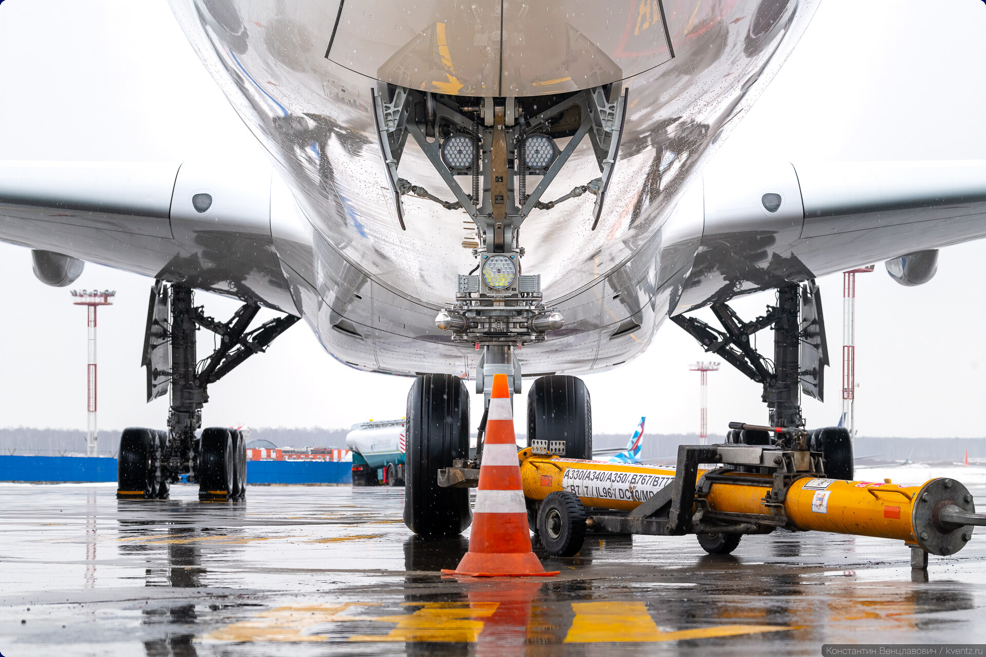 06. То, что получилось в итоге, никого не устроило, поэтому Airbus решил начать всё с нуля. Итогом стала абсолютно новая модель A350 c большой долей композитных материалов в конструкции.