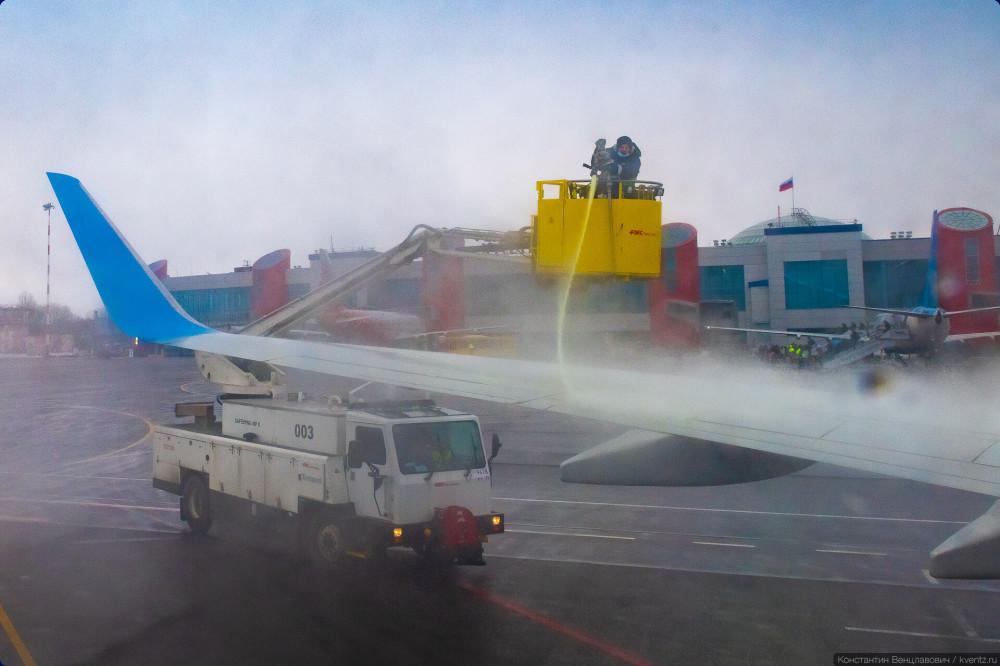 04. В небольших аэропортах техника чуть попроще, используются открытые корзины оператора. На фото — американская FMC Tempest.