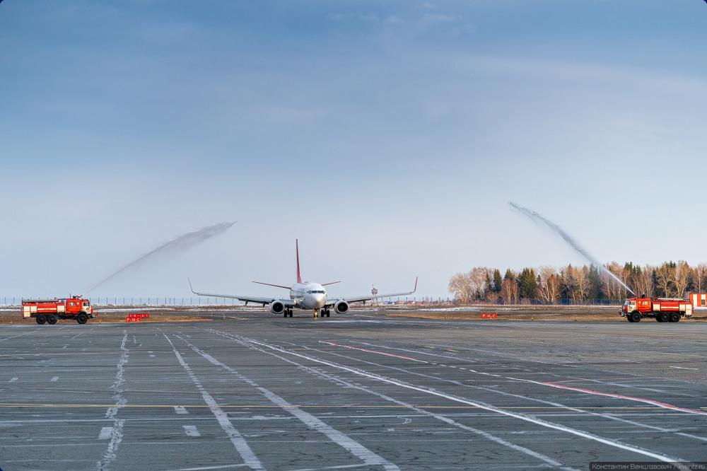 03. Первый рейс нового типа в новой ливрее конечно же встречали водной аркой.