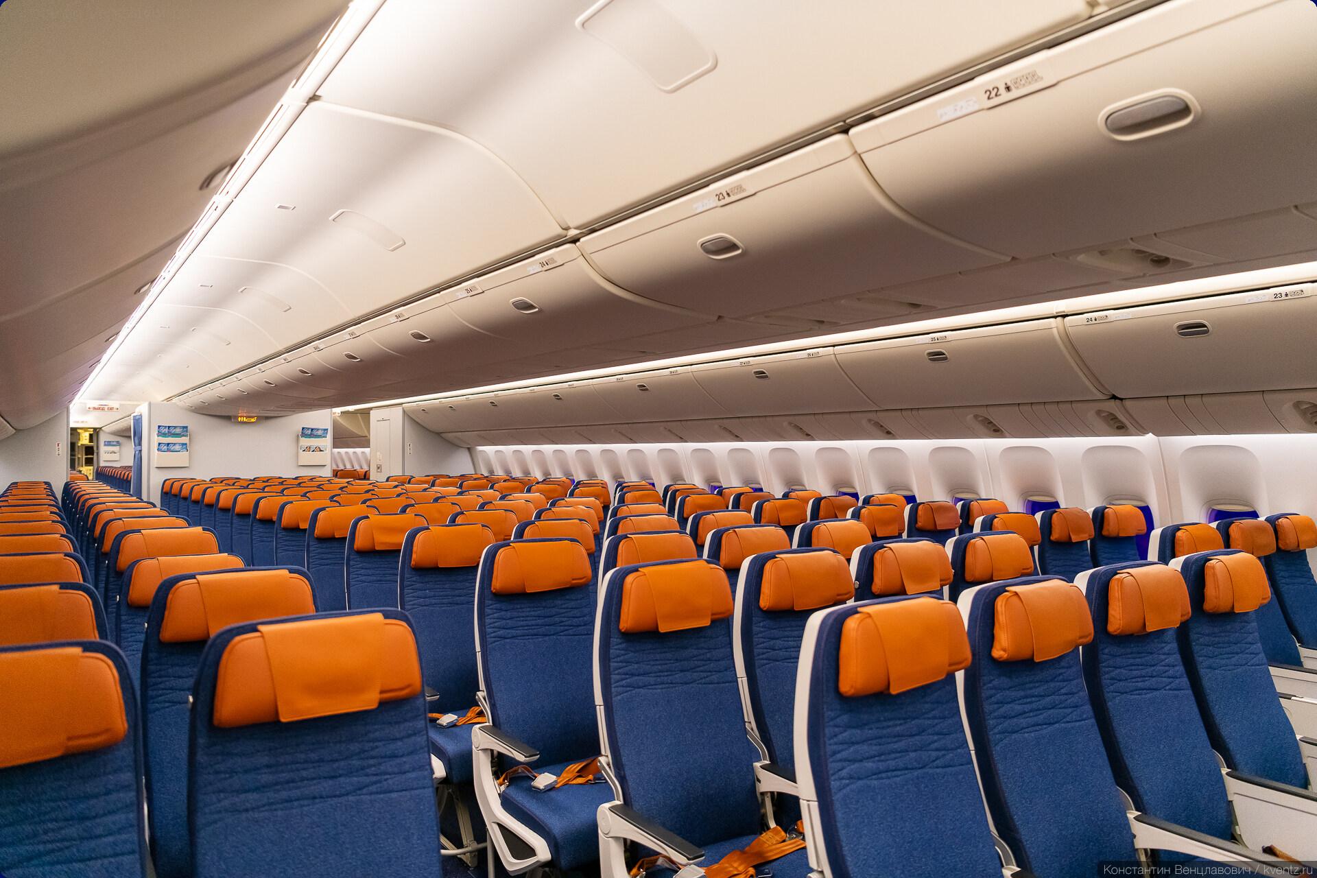 07. Общий интерьер в целом стандартный для Boeing 777, отличаются только сиденья. Удивило отсутствие индивидуального обдува с учётом того, как наши граждане (и авиакомпании) любят жару. Шаг кресел тоже стандартный (32, местами 30 дюймов), но места стало больше за счёт более тонких спинок кресел и выноса кармашков с макулатурой наверх.