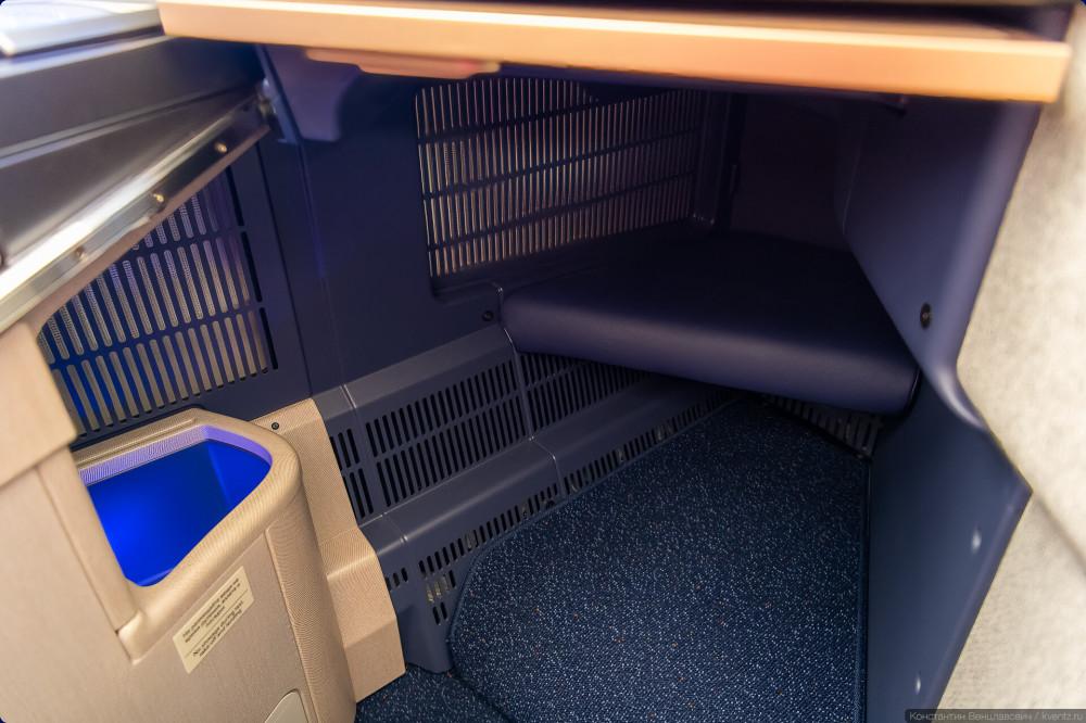 32. Внизу прячется ещё один глубокий отсек для предметов. Полочка в дальнем углу сыграет роль продолжения кровати.