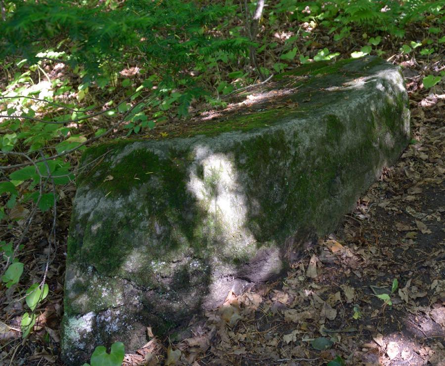 таких 4 камня, ориентирвоанные на все стороны