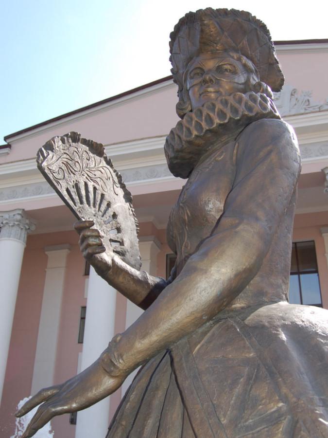 Фонтан и скульптурная композиция «Арлекин и Коломбина» возле ТЮЗа в Красноярске 8