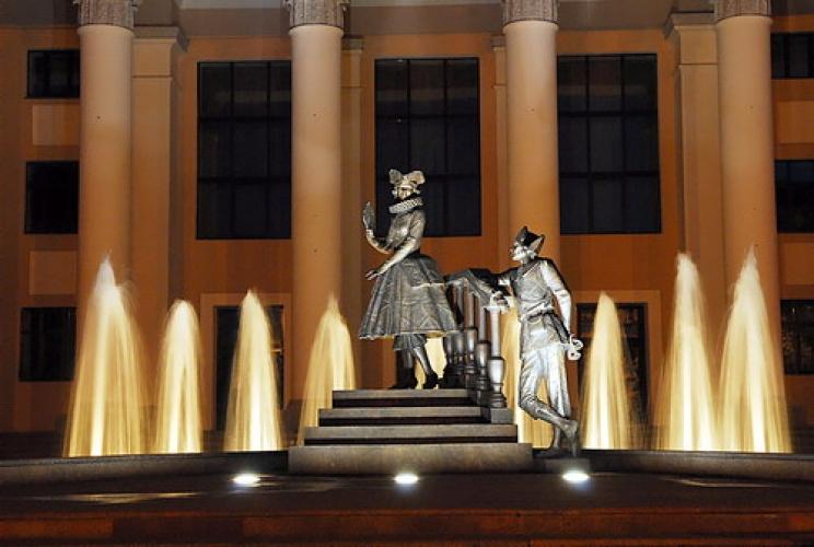 Фонтан и скульптурная композиция «Арлекин и Коломбина» возле ТЮЗа в Красноярске 690