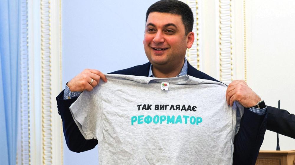1452523250-4730-vladimir-groysman-primeryaet-futbolku-s-nadpisyu-tak-viglyadae-reformator-foto-anastasiya-sirotkina