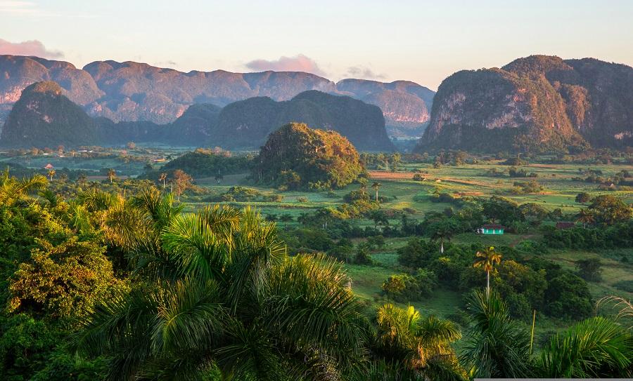 05а Величественные скалы Моготы обрамляют долину.