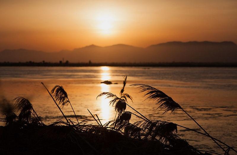06. Ну, а потом солнце садиться за горы и большинство фламиго улетает куда-то вдаль