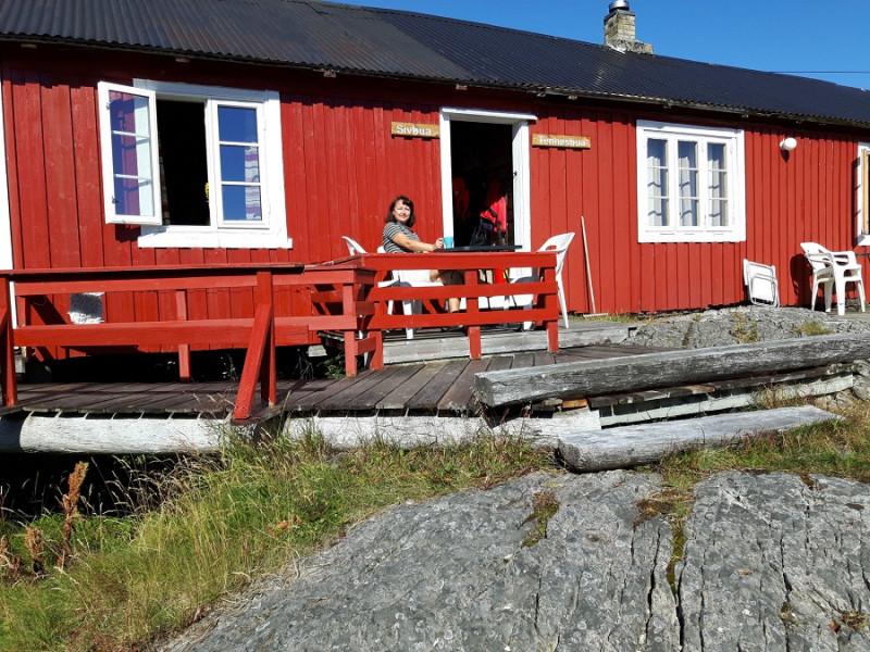 09. Приехали практически в самую крайнюю точку Лофотенских островов. Рыбацкая хижина рорбу в поселке Сёрваген. Здесь мы остановились на три дня.