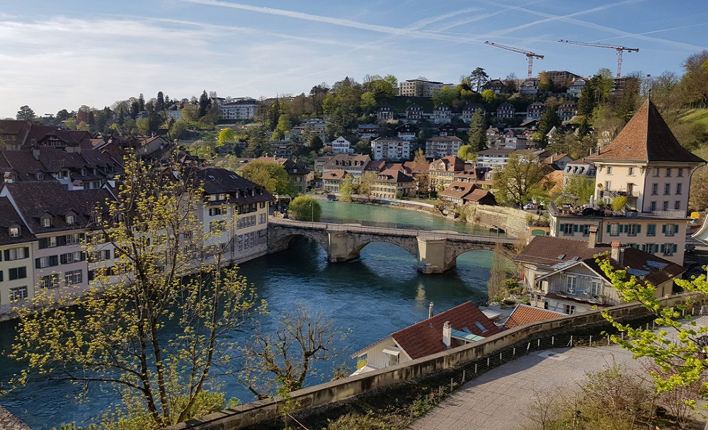 01. Bern — город федерального значения, фактическая столица Швейцарии. Столица немецкоязычного кантона Берн и административный центр округа Берн-Миттельланд. Расположен в центральной части страны к северу от Альп, в долине реки Ааре.