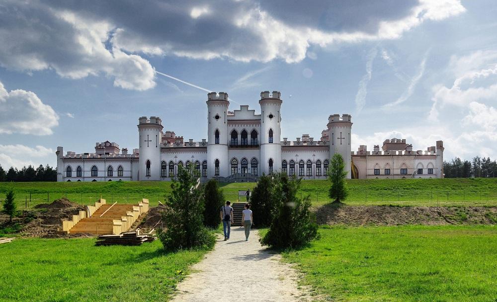 01.Дворец и окружающий его парк были заложены в 1838 году по проекту архитектора Ф. Ящолда.
