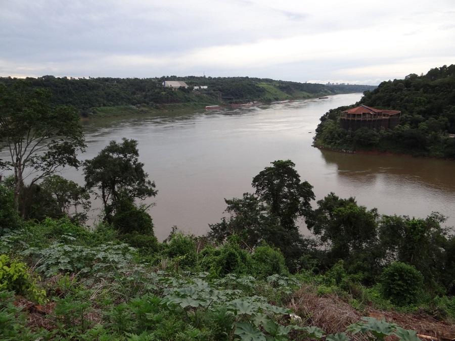 02.Игуазу находится в точке, где соединяются границы трех государств-Аргентины, Бразилии и Парагвая