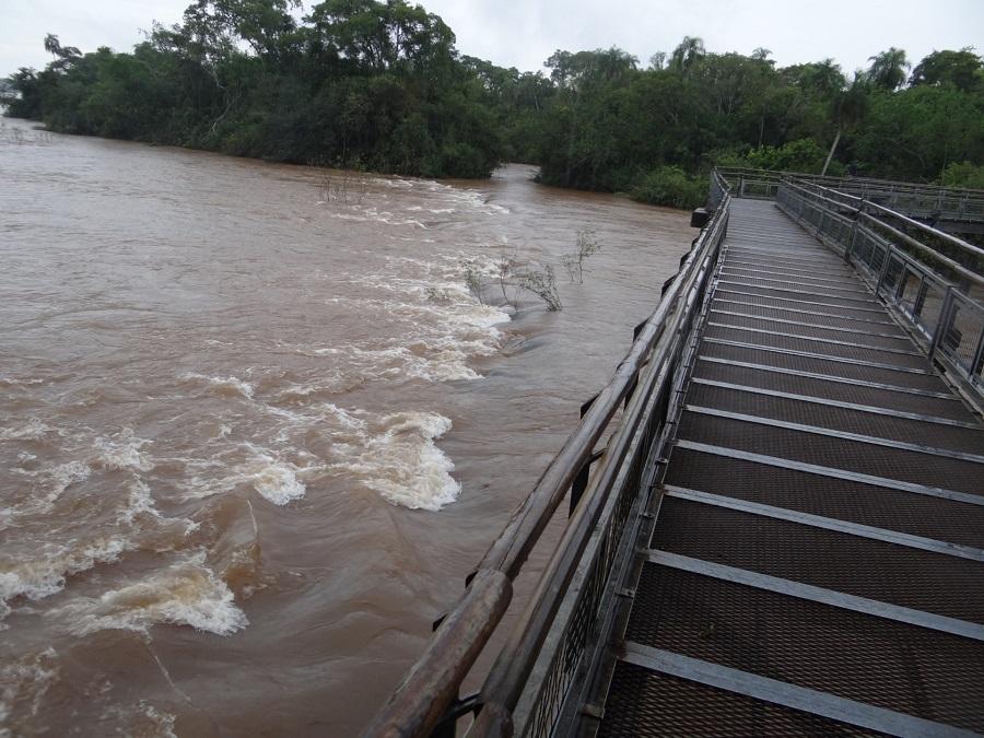 05.Дальше -несколько километров пешком над водой по металлическим мостикам