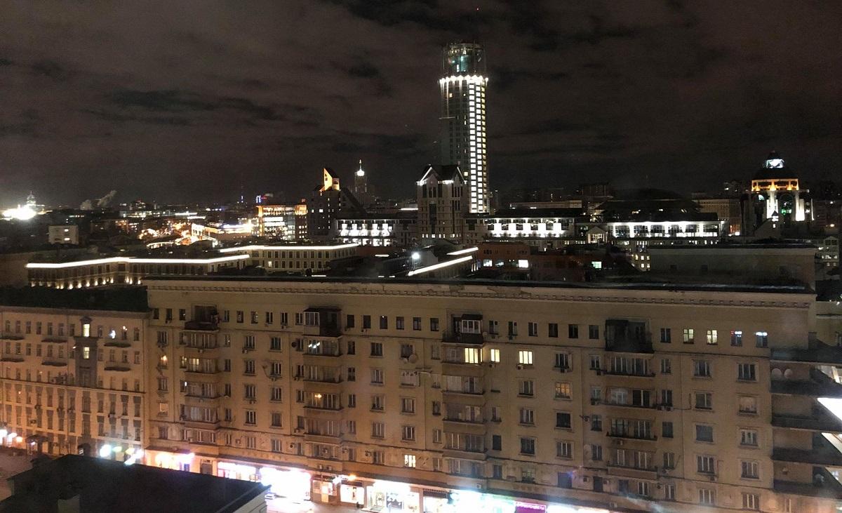 Над городом ночь