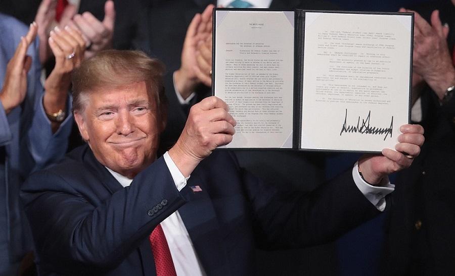 Трамп и подпись