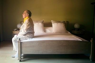 Gabo sentado en su cama a 83