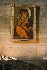 В-Нотр-Дам-де-Пари-рядом-с-алтарем-находится-православная-икона-Владимирской-Божией-Матери-подаренная-патриархом-Алексием-II