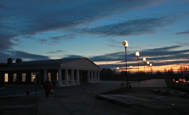 """Здание с колоннами - раздевалка на источнике """"Советский"""". Тюмень."""