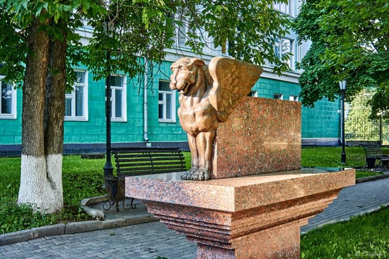 Скульптурная композиция возле 2 корпуса УдГУ