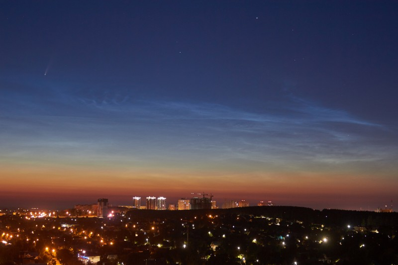 В левом верхнем углу звездочка с хвостиком над серебристыми облаками - комета C/2020 F3 (NEOWISE)