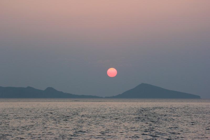 Восход оранжевого Солнца над Чёрным морем, Коктебель, Крым, 2013 г.