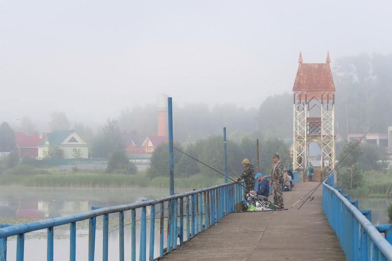Рыбаки на пешеходном мосту на Воложке. Ижевск.
