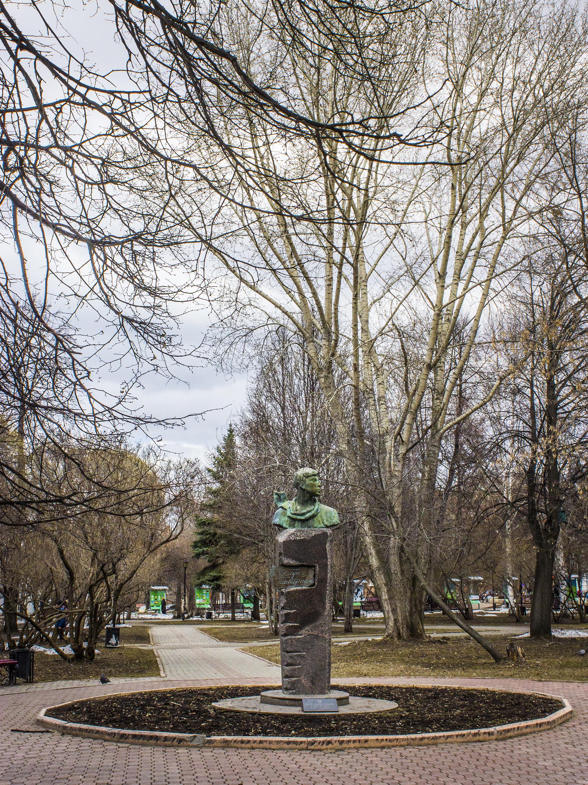 Памятник Борису Пастернаку. Пермь, апрель 2014.