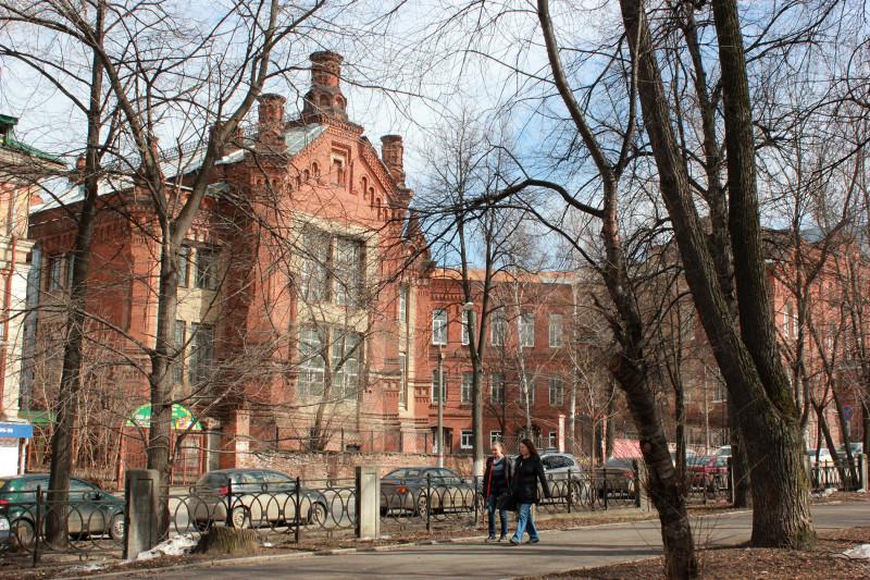 Вид того же здания со двора. Пермь, апрель 2014 г.