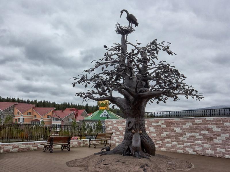 """Скульптурная композиция """"Дуб жизни"""". Горный парк П.П. Бажова. Златоуст."""