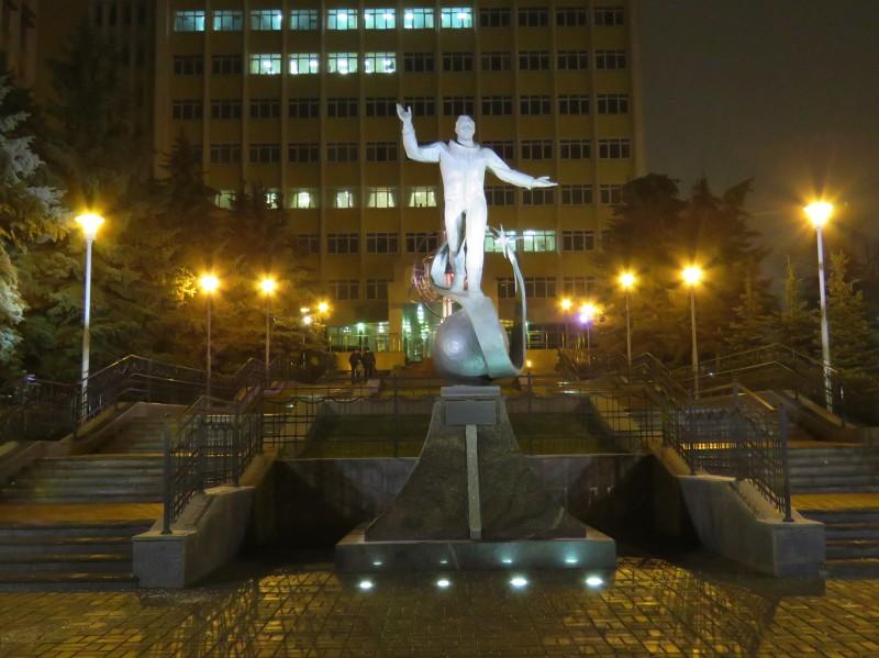 """Памятник Юрию Гагарину возле проходной завода """"Аксион"""""""