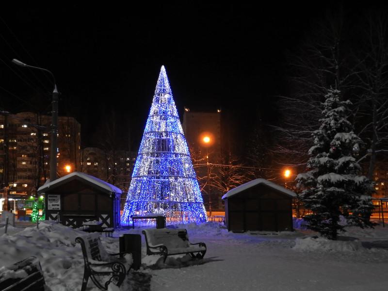 Каркасная светодиодная новогодняя елочка. Парк Космонавтов. Ижевск. 2021.
