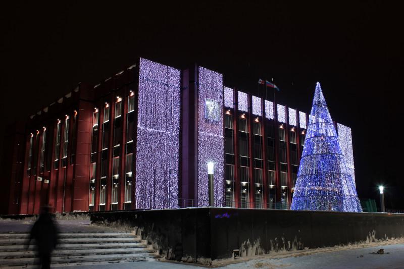 Та же самая каркасная светодиодная новогодняя елочка, но год 2012 (переход с 2012 к 2013), возле Мэрии.