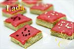 Пирожные из зеленого чая c розовой глазурью