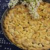 Песочный пирог с ревенем персиками и клубничным вареньем