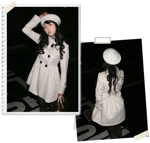 Белое пальто на пуговичках