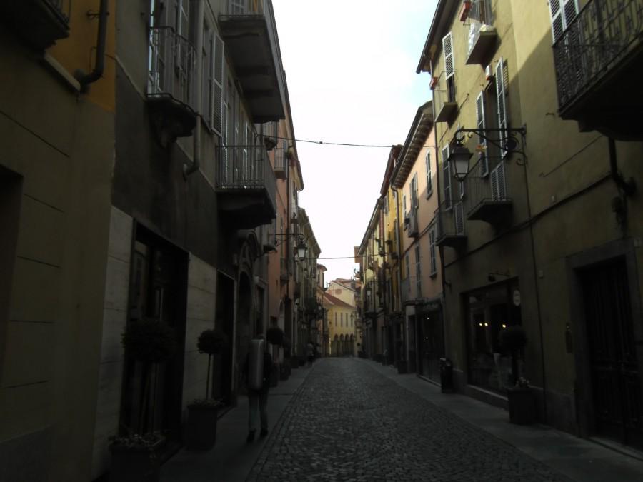 Весь старый город выглядит как средневековая крепость