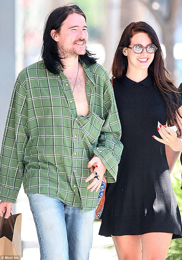 candids aug 20 lana barrie lunch date beverly hills1